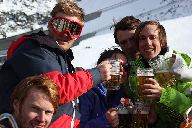 Apres Ski Saas Fee, beers with friends, celebration time, Peak Leaders, Peak Leaders Saas Fee